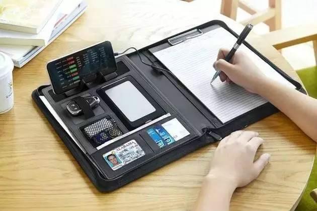 图为多功能文件夹Zion Padfolio,虽然叫做文件夹,但它集背包、电脑包、文件夹、移动电源于一体,可以放下纸币、各种卡、钥匙、纸笔、数据线、手机、Pad、笔记本电脑等,实用又方便携带。 目前 Zion Padfolio还在kickstarter上面众筹,价格仅为59美元,折合人民币398元,性价比也是有一丢丢高呢。