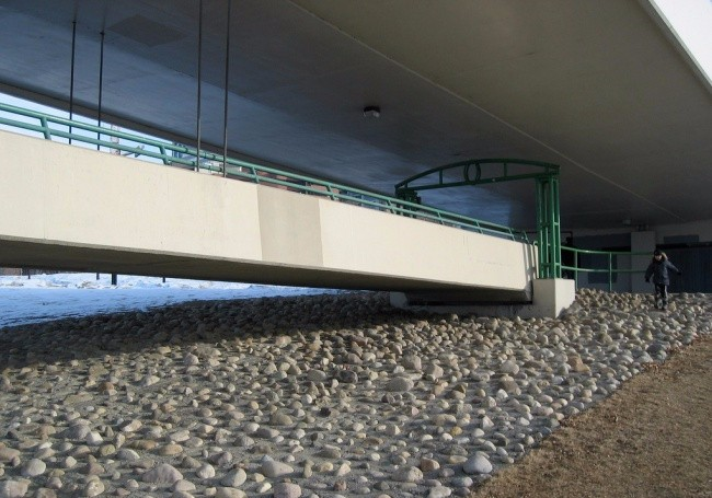 为防止有人桥下逗留,居然把石头铺这。