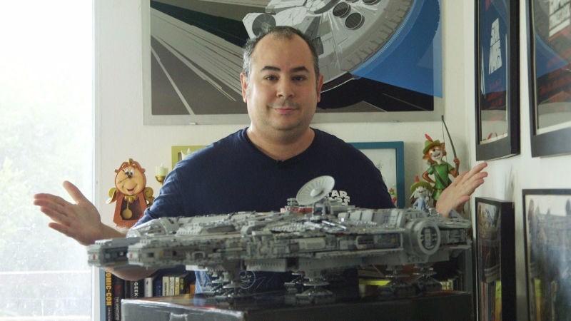 据国外媒体报道,一名男子耗费一周的时间,利用7500块乐高积木打造了一艘《星球大战》中的千年隼号宇宙飞船。