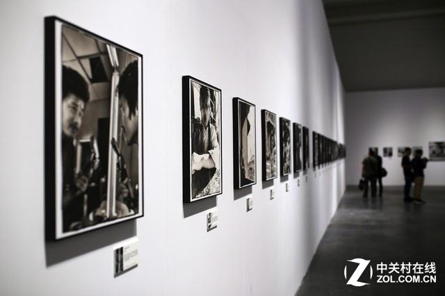 """展览置展于尤伦斯""""悦廊""""展厅,占地面积360平方米。在充满现代艺术的主展厅内,错落有致地陈列着11位摄影师的作品"""